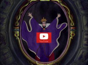strega di Biancaneve di fronte allo specchio