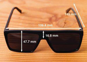 occhiali da sole su un tavolo